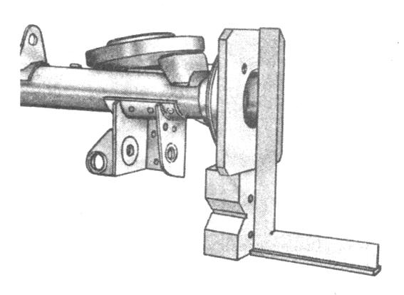 Рис. 3-53. Проверка вертикальных деформаций балки заднего моста угольником по наружной поверхности фланца А.70172