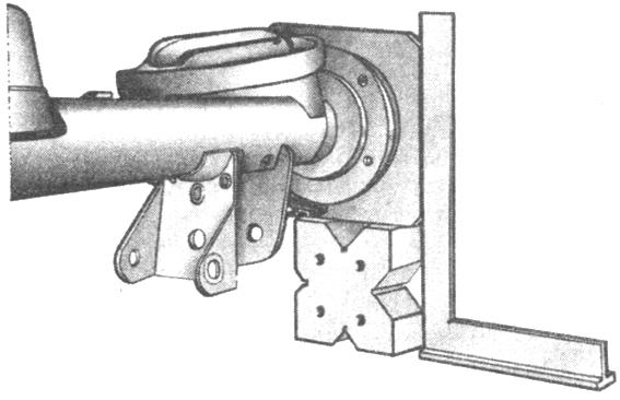 Рис. 3-54. Проверка скручивания балки заднего моста угольником по боковой поверхности фланца А.70172