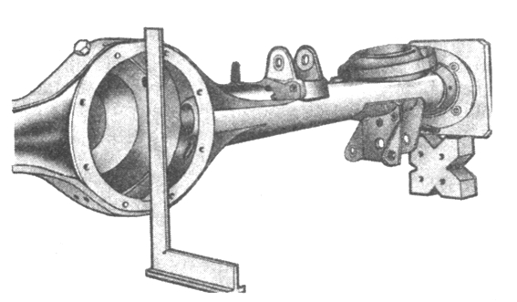 Рис. 3-55. Проверка перпендикулярности поверхности крепления редуктора