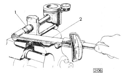 Рис. 2-34. Испытание на выпрессовы-вание пальца с помощью приспособления А.95615: 1 - гайка резьбового стержня; 2 - динамометрический ключ