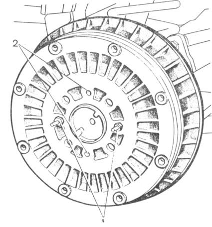 Рис. 6-18. Тормозной барабан заднего колеса: 1 - болты крепления барабана к полуоси; 2 - резьбовые отверстия для установки болтов I при снятии барабана.