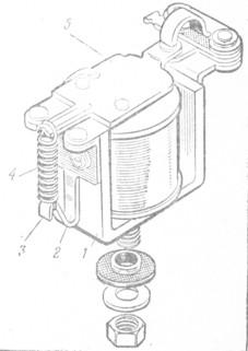 Рис. 80. Приспособление для изменения натяжения пружины регулятора напряжения: 1 - ярмо; 2 - угольник ярма; Я -хвостовик угольника; 4 - пружина; 5 - якорь